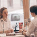 девушки сидят в кафе
