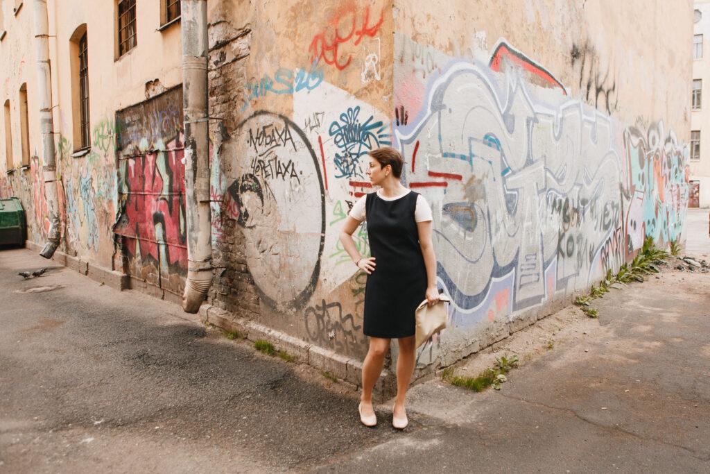 devushka-i-graffiti