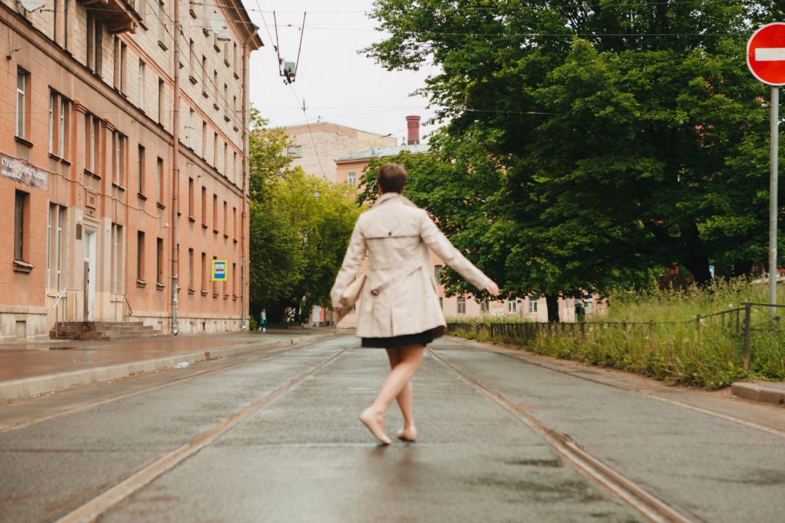 девушка кружится на улице