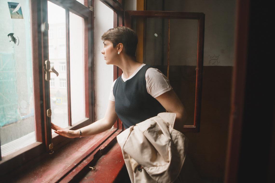 devushka-smotrit-v-okno
