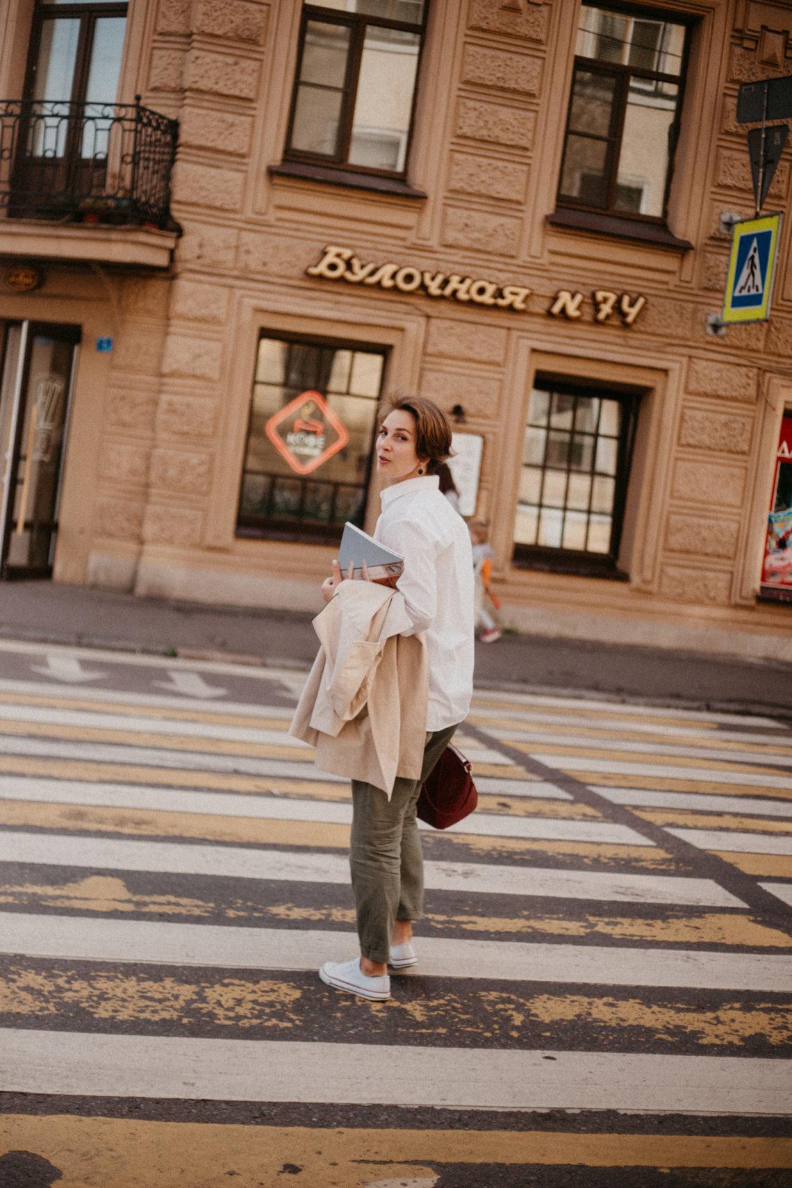 девушка оборачивается на пешеходном переходе