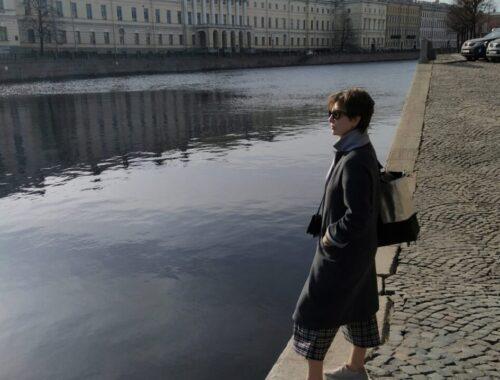 devushka-smotrit-na-vodu